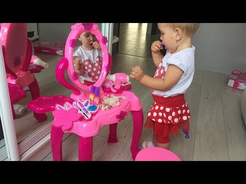 Катя выпрашивает у мамы косметику, украшения и красивый набор для девочек!