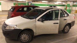 Открытая Lada Granta с открытой дверью на подземной парковке ТРЦ Галерея в Питере