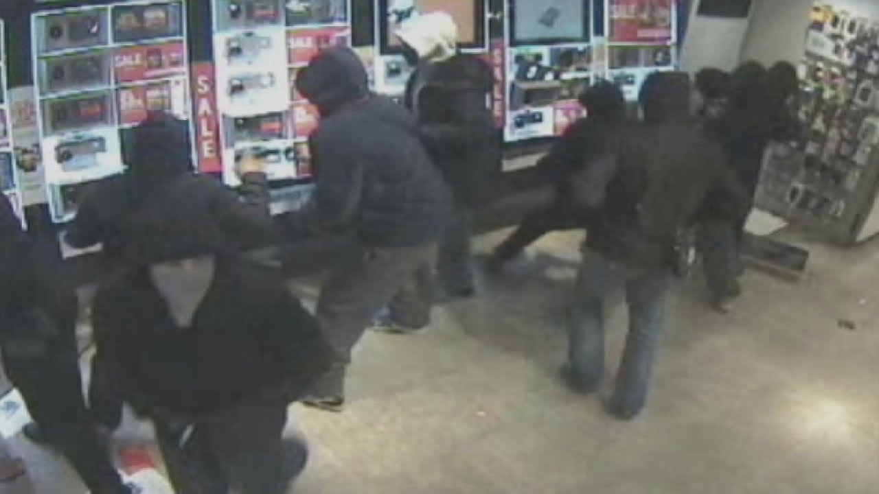 CCTV: Gang 'steam' London mobile phone shops