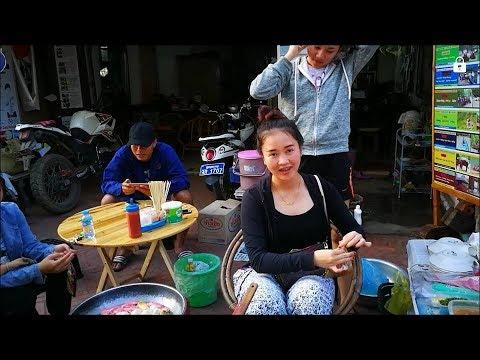 สาวลาว ขาย ลูกชิ้นทอดหลวงพระบาง ตลาดมืดที่หลวงพระบาง Night Bazaar ไนท์บาซาร์