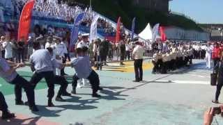Владивосток. Китайский ВМФ против российских мальчишек в перетягивании каната.