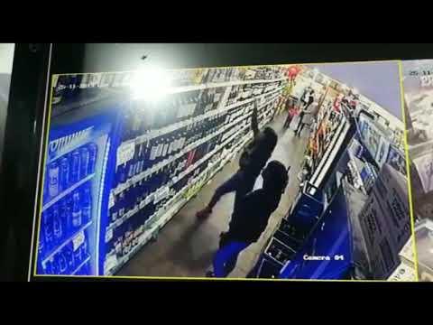 Adolescentes captadas por una cámara mientras robaban bebidas alcohólicas