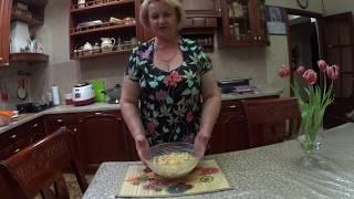Салат с черешкового сельдерея с сыром, яйцами и овощами.