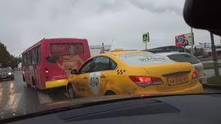 Водитель маршрутки заезжает на пешеходник