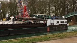 Bruit de péniche sur le canal.............