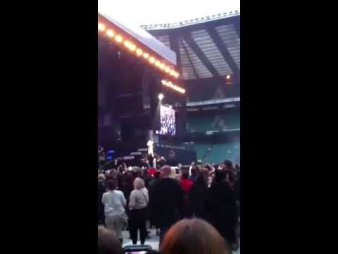 Rihanna - Diamonds World Tour, Twickenham, London - speaking to crowd and performing Pour it up