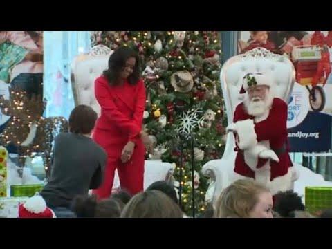 Michelle Obama dança com o Pai Natal