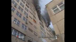 Очевидцы засняли на видео пожар на балконе многоэтажки на улице Конституции