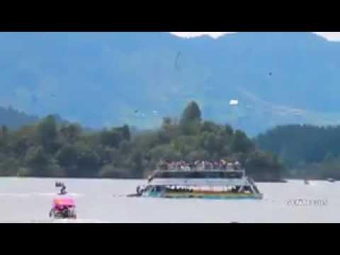 Barco con unos 150 turistas naufragó en represa de Colombia