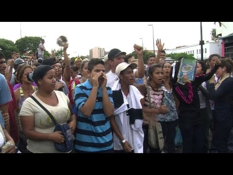Starving Caracas slum residents protest outside supermarket