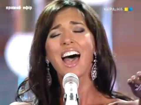 Алсу делает вид, что умеет петь