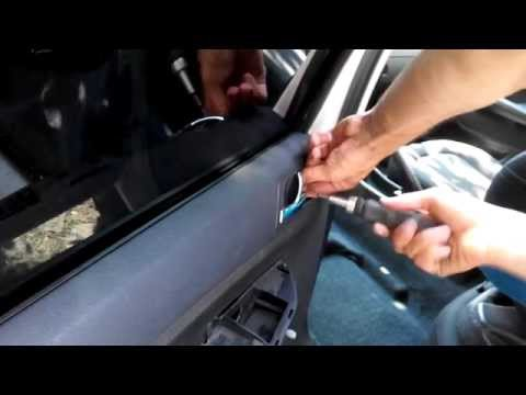 Skoda Fabia 6Y5 снимаем обшивку задней двери