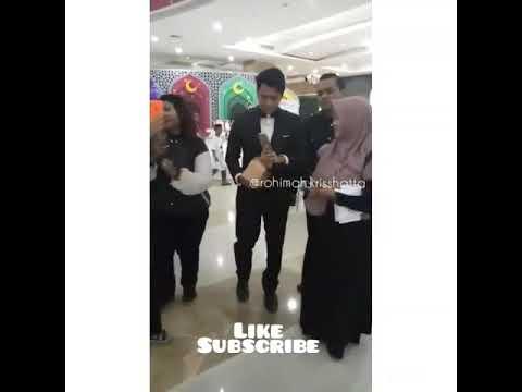 Kriss Hatta layani Foto Fans Di Surabaya
