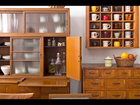 使い込んだ木製家具の味わいと便利な収納!レトロな食器棚が ...