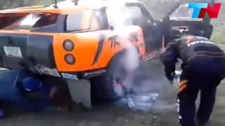 A #Robby #Gordon se le #incendia su #Gordini y la gente lo #apaga con un #sifon #Dakar2015
