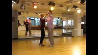 Tanzschritt des Monats -- Foxtrott tanzen: Rechtsdrehung im Foxtrott