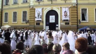 Флешмоб в свадебных платьях на дне города Черновцы.
