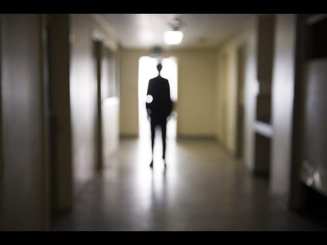 その男を見てしまったら…!映画『スレンダー 長身の怪人』予告編