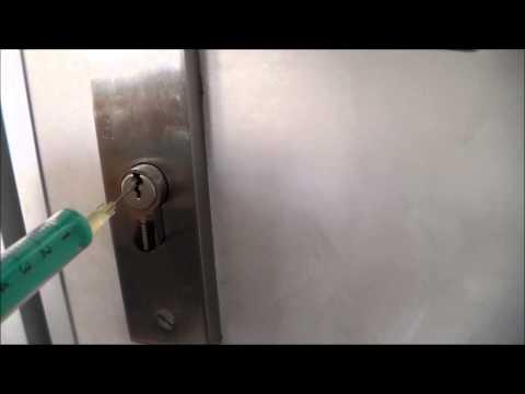 Fini les serrures qui coincent doovi - Comment crocheter une serrure de porte ...