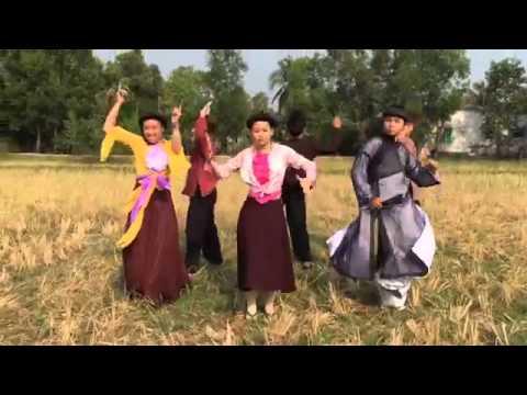 Chi Pu và bạn nhảy quẩy vũ điệu cồng chiêng trên cánh đồng