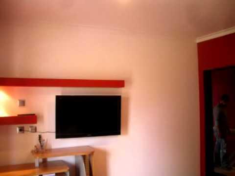 quarto pintado de vermelho com duas parteleiras