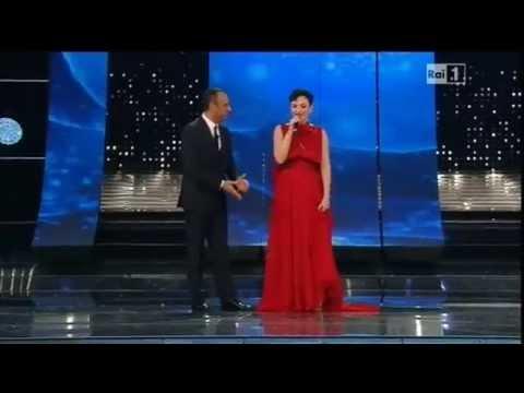 Sanremo 2015 - L'ingresso di Arisa sul palco dell'Ariston - Prima serata 10/02/2015