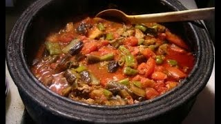 Курица с овощами в глиняном горшке.Тушеная курица с овощами.