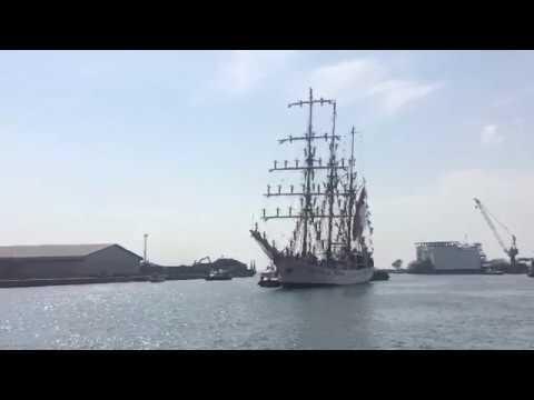 Detik-detik Kedatangan KRI Dewaruci di Pelabuhan Cirebon