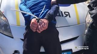 В Одесі правоохоронці затримали іноземця, який під загрозою ножа заволодів автомобілем