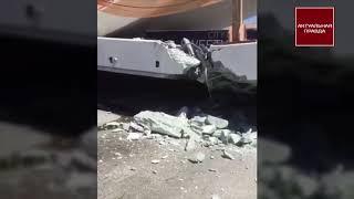 В США на людей рухнул пешеходный мост, погибли люди