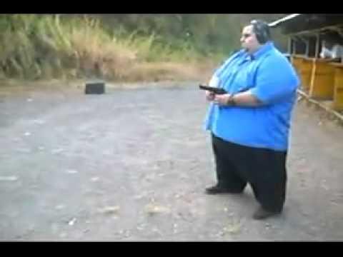 Жирный толстяк стреляет из пистолета-пулемёта