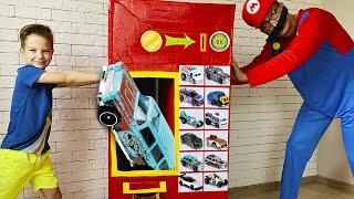 Марк и Торговый автомат с новыми машинками Хот Вилс