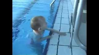 طفل صغير يسبح ويغطس عدة مرات وانا اغرق بشبر ماء