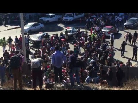 Migrants attempt to cross US-Mexico border fence
