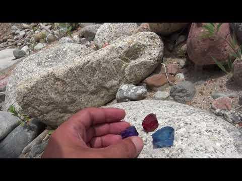 Топаз и алмаз лежит среди камней