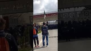 قوات الامن تحاصر الطلبة داخل الجامعة و منعهم من الخروج شاهد الحدث قبل الحدف