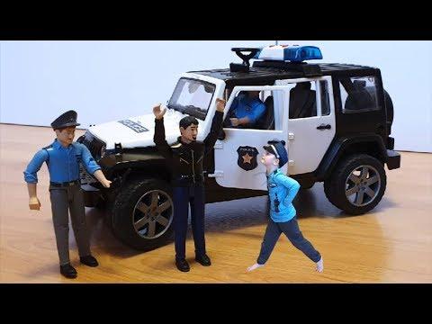 Сеня играет как Полицейский великан и преследует машинку с полицейскими машинами
