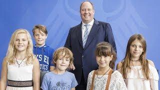 Kanzleramtsminister Helge Braun (CDU) zeigt B.Z.-Kinderreportern das Kanzleramt