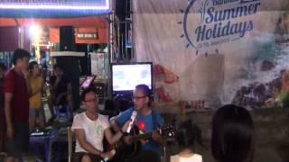 LÁ CỜ - Trà Hiếu ôm guitar hát trên bãi biển Vàn Chảy - Cô Tô