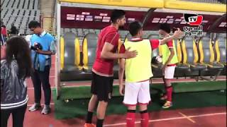 ناشئو الأهلي يلتقطون السيلفي مع علي لطفي أثناء مباراة الأهلي والمصري