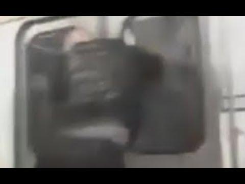 Разбил Стекло в Вагоне Метро Санкт-Петербург