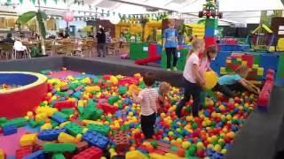 Играем на детской площадке WÖLPILAND 4 сухой бассейн с шариками видео для детей(Видео для детей, в котором Аленчик и его сестренка Мелиночка играют на крытой детской площадке . Здесь есть..., 2016-06-05T10:57:43.000Z)