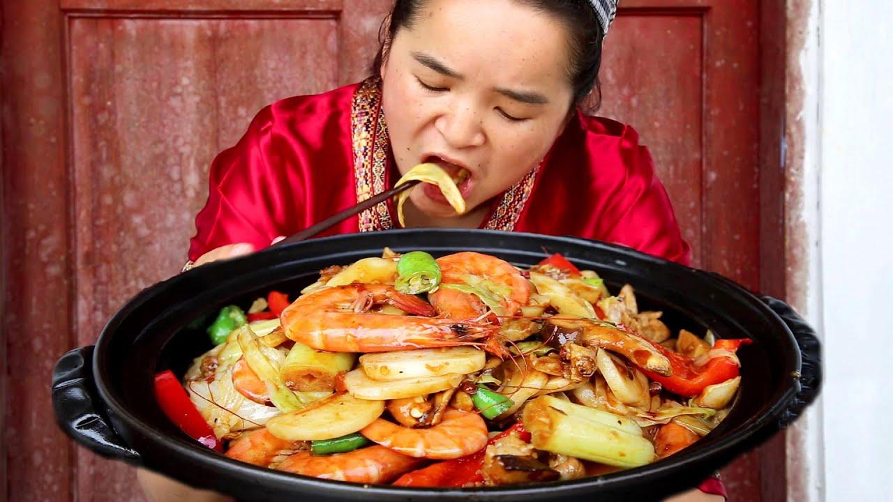 苗大姐做苗式虾炒年糕,实在太好吃,虾头都不放过嚼碎就吞!过瘾!【苗阿朵美食】