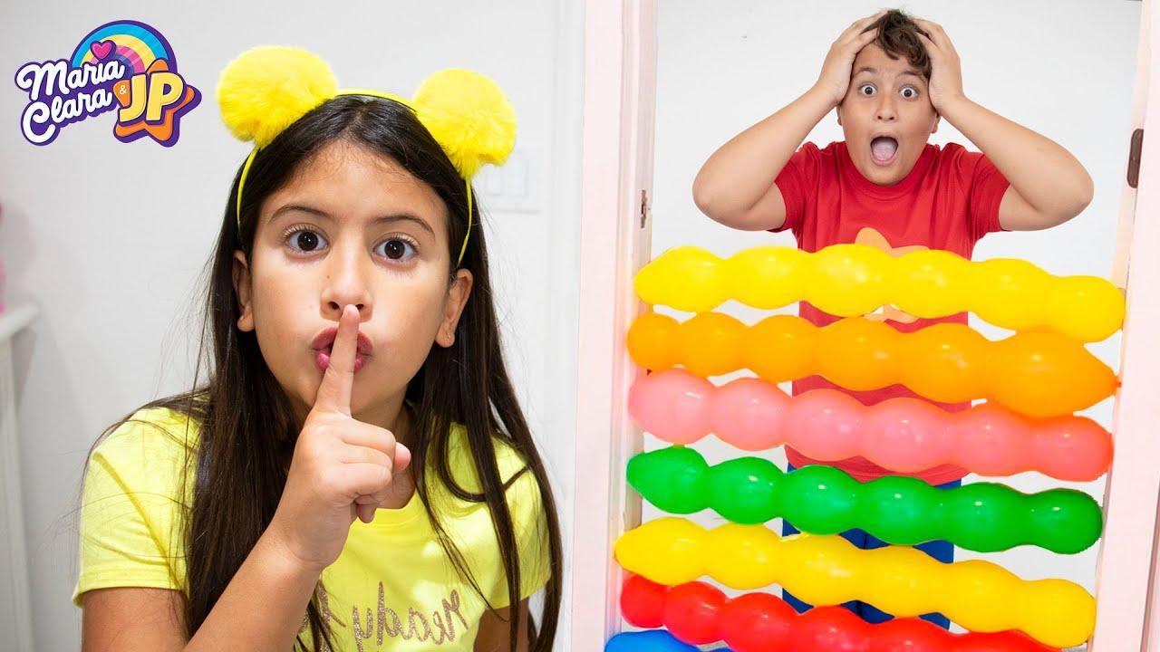 Maria Clara e JP brincam com balões