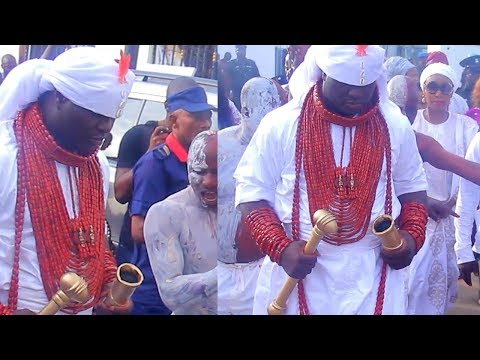 STRANGE BUT TRUE SEE HOW OBA ADEYEYE OGUNWUSI COVERED HIS FACE BEFORE CARRYING AARE CROWN
