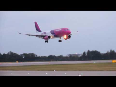 Lądowanie Samolotów Na Lotnisku W Gdańsku Rębiechowie