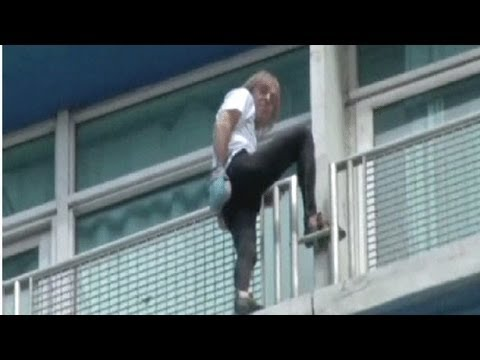 """""""الرجل العنكبوت"""" يتسلق مبنى من 27 طابقا في كوبا"""