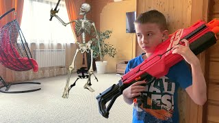 Нерф против Вторжения Скелета в дом