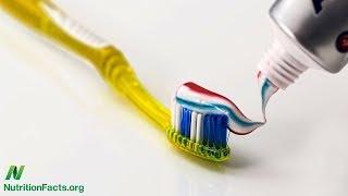 Antibakteriální zubní pasta: škodlivá, prospěšná nebo neškodná?