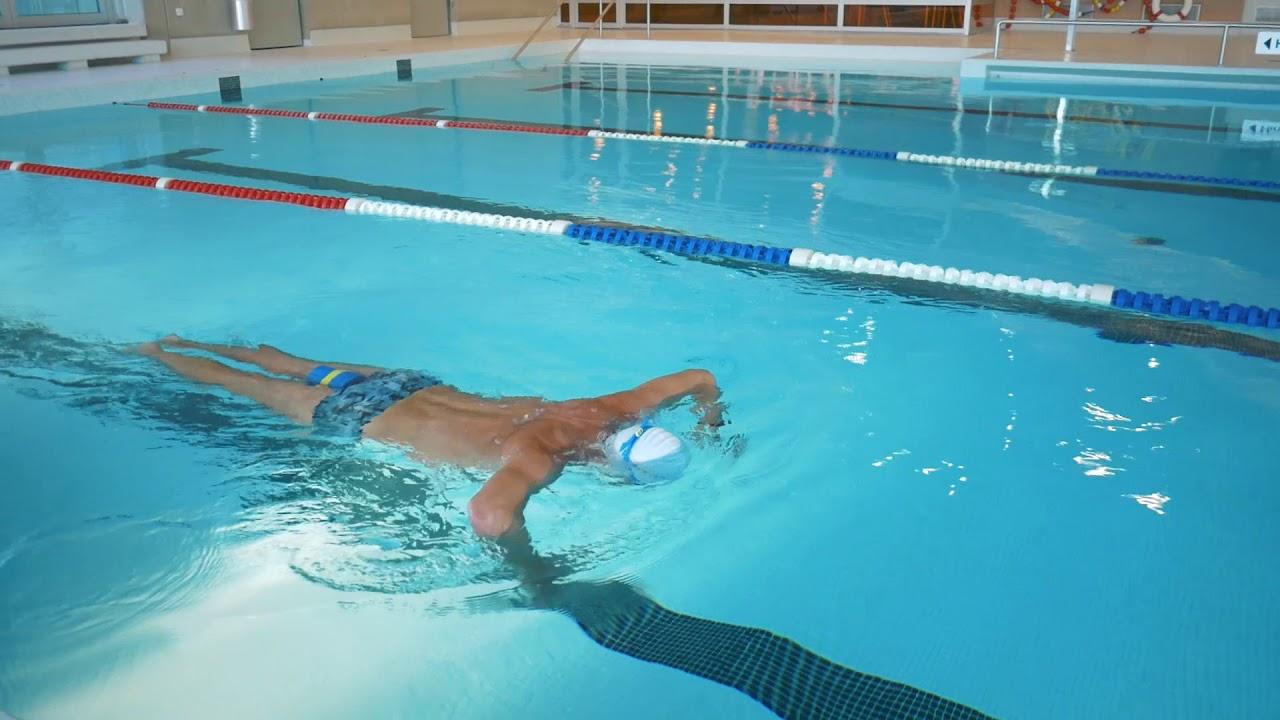 Flast wie ein Pfannkuchen Roxolana schwimmt nackt mit Tauchermaske unter Wasser